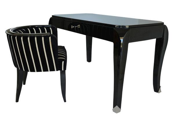 Schwarzer, eleganter Schreibtisch mit schwarz weiss gestreiftem Sessel Seitenansicht