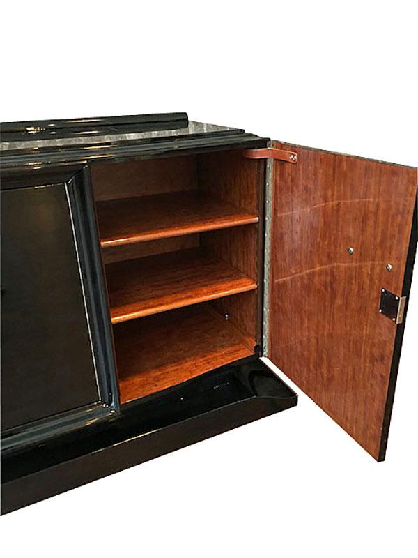 Geöffnetes Sideboard mit kubischer Form in braun schwarz