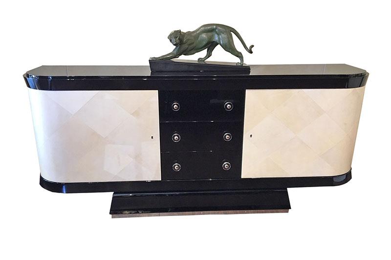 Sideboard piano schwarzlacke Vorderansicht mit Deko