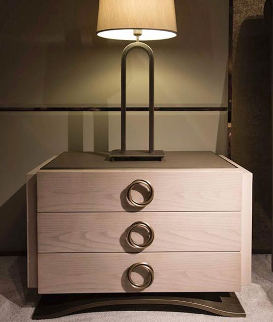 Nachtkästchen mit Dekoration in Holz Art Deco