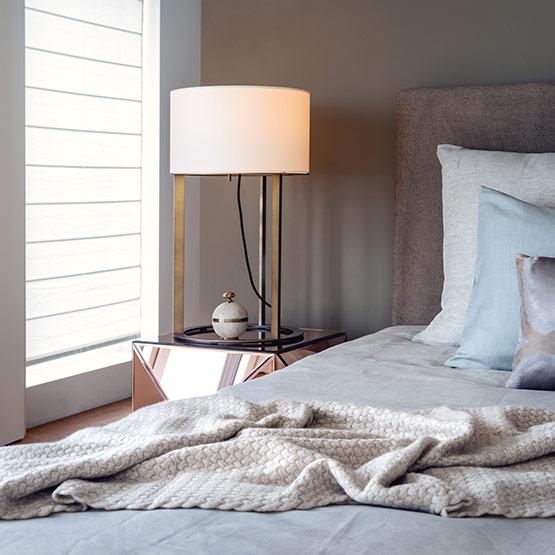 Schlafzimmer Inspiration Detailaufnahme von Nachttisch und Bett