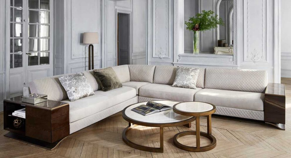 creme-weißes Sofa mit Couchtisch und Deko