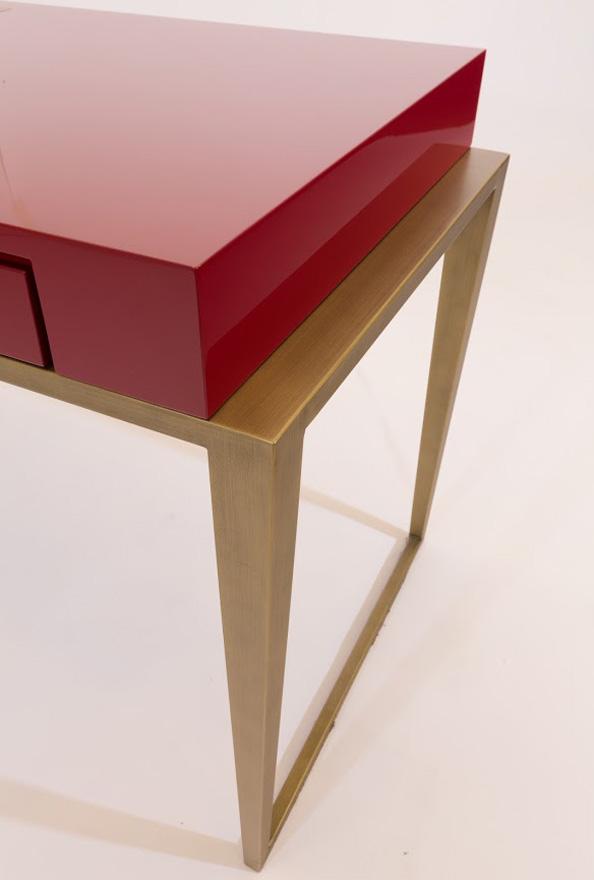 Schreibtisch Conti-SG 594x880 roter Platte und goldenen Beinen