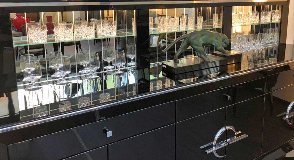 Barmöbel mit Gläser und Panther Skulptur