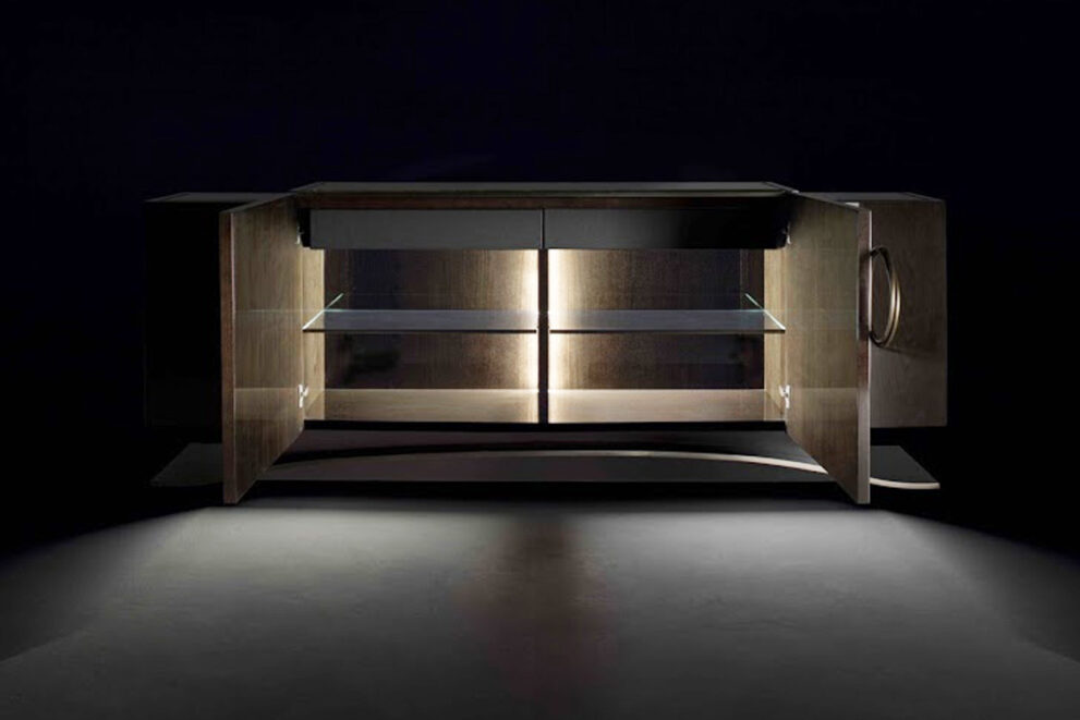 offenes Sideboard mit innerer Beleuchtung