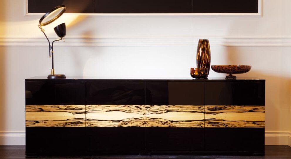 Kubisches Sideboard im Stil des Art Deco in Schwarzlack mit Intarisen in geflammtem Albinowood