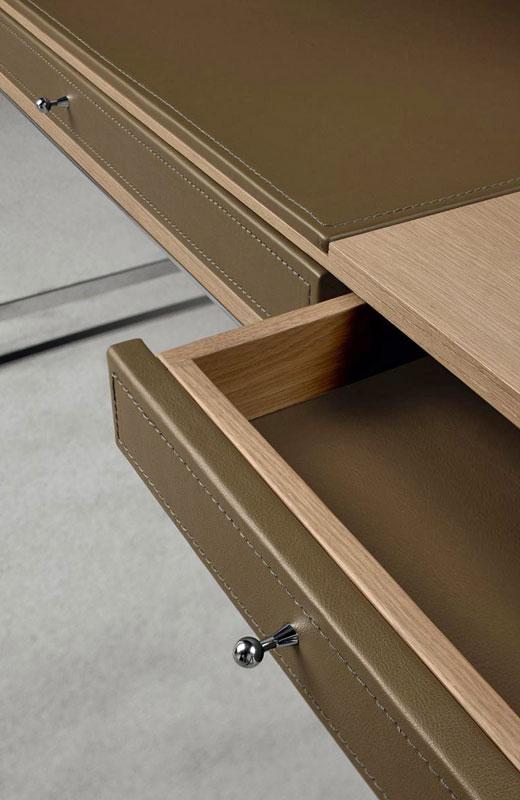 Detail von einem Schreibtisch in beige