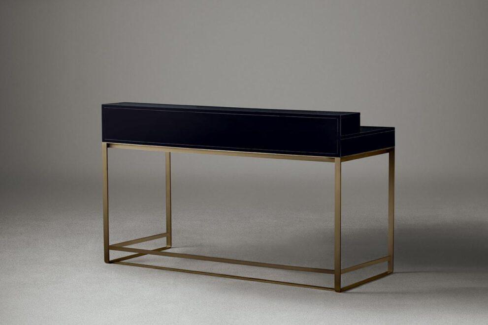 Schreibtisch in schwarz mit goldenen Beinen Rückenansicht