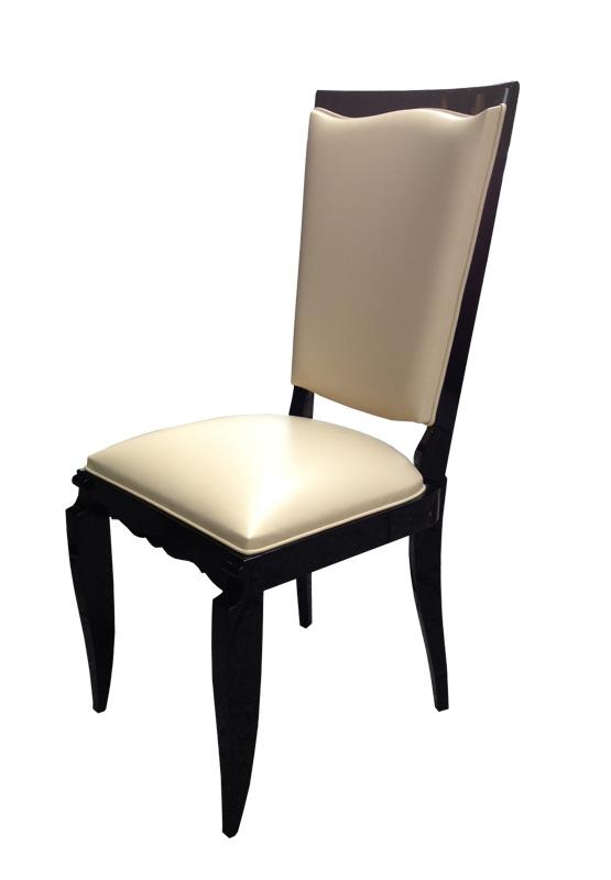 Stuhl in beige und schwarz in Seitenansicht