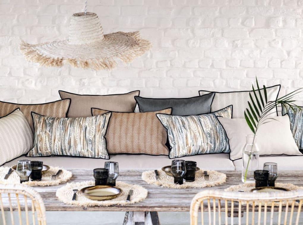 Sommerliche Sitzecke mit Kissen von Casamance