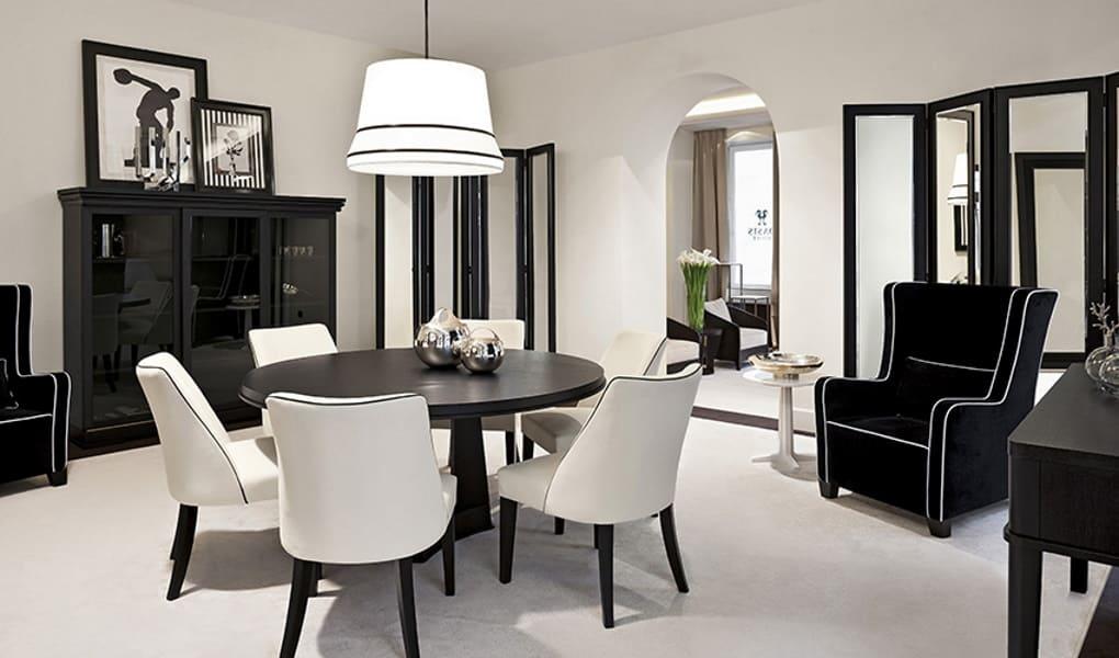 Wohnbereich in schwarz und weiß von Oasis Group